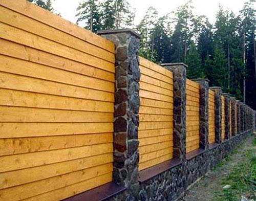 Забор дерево с камнем