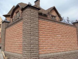 Забор облицованный камнем